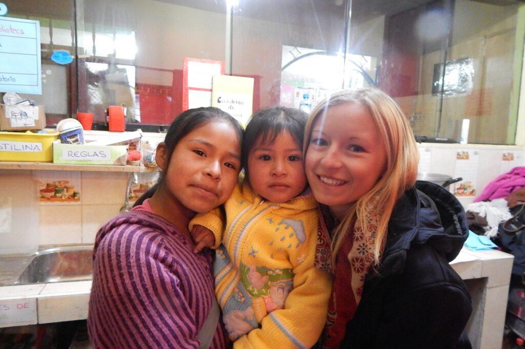 Hannah mit Kindern im Volunteering Projekt in Cusco, Peru