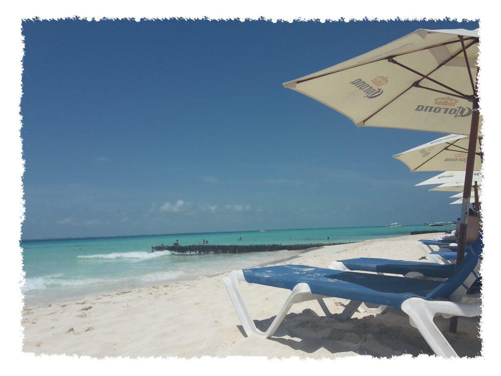 Liegen am Strand der Isla Mujeres