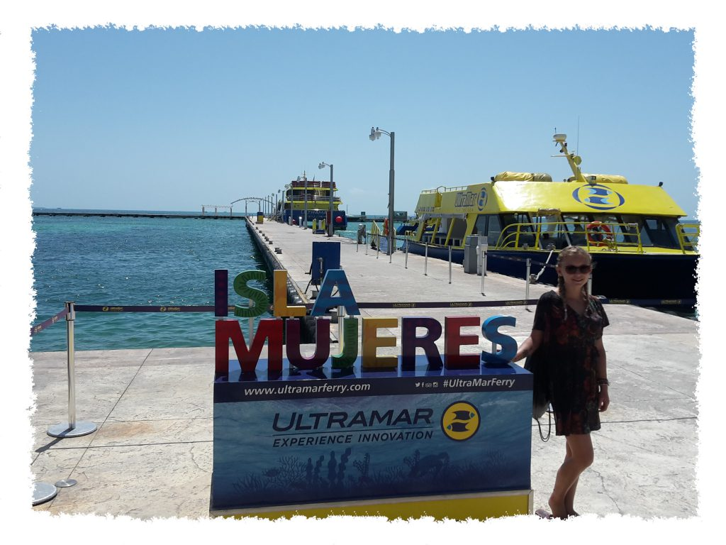 Hannah vor Anlegestelle zur Isla Mujeres, Mexiko