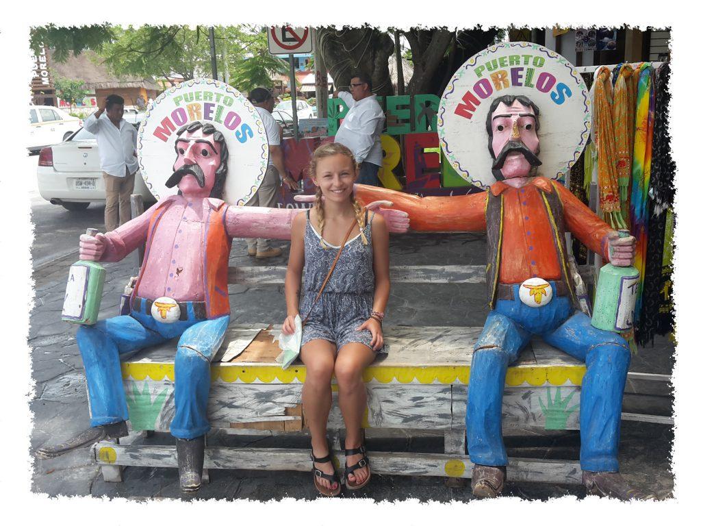 Hannah auf cooler Bank in Puerto Morelos, Mexiko