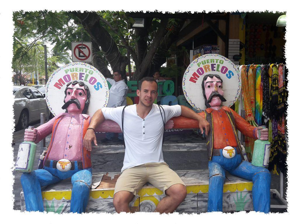 Henrik auf cooler Bank in Puerto Morelos, Mexiko
