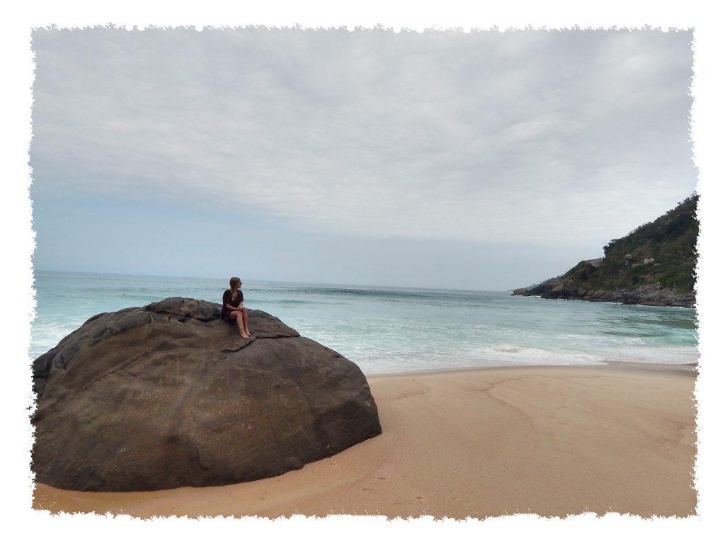 Hannah auf Felsen am Prainha nahe Rio de Janeiro