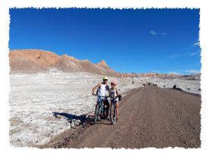 Hannah und Henrik mit dem Fahrrad im Valle de la Luna