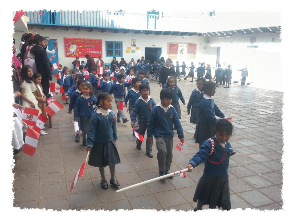 Praktikum in Peru - Kinder bei Fest