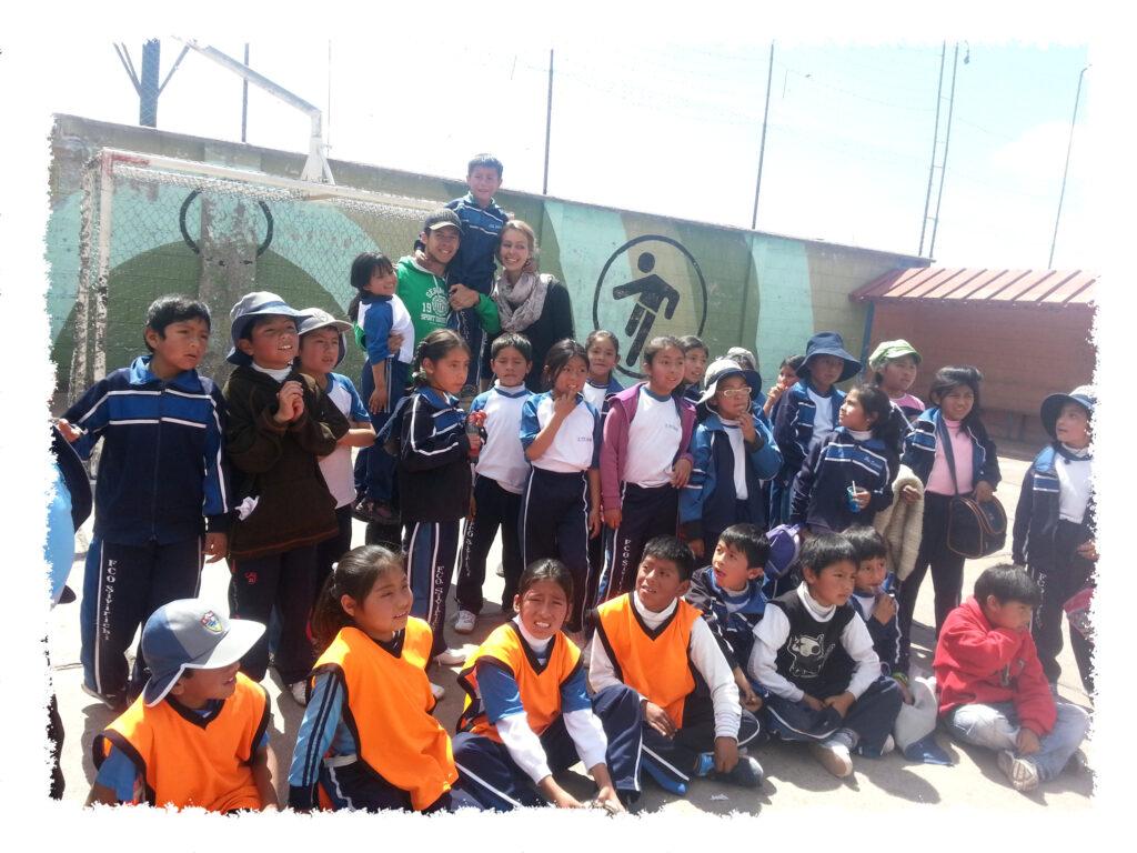 Praktikum in Peru - Henrik mit Kindern