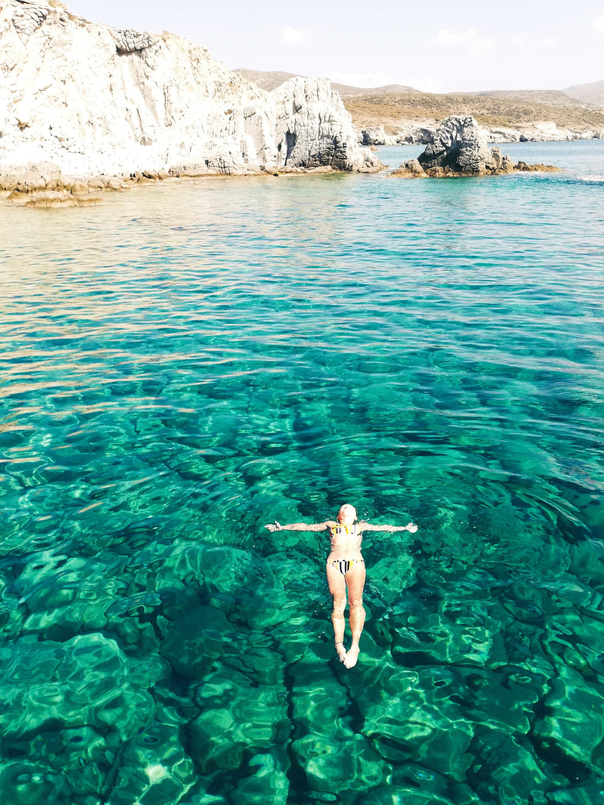 Hannah im Wasser auf der Insel Milos