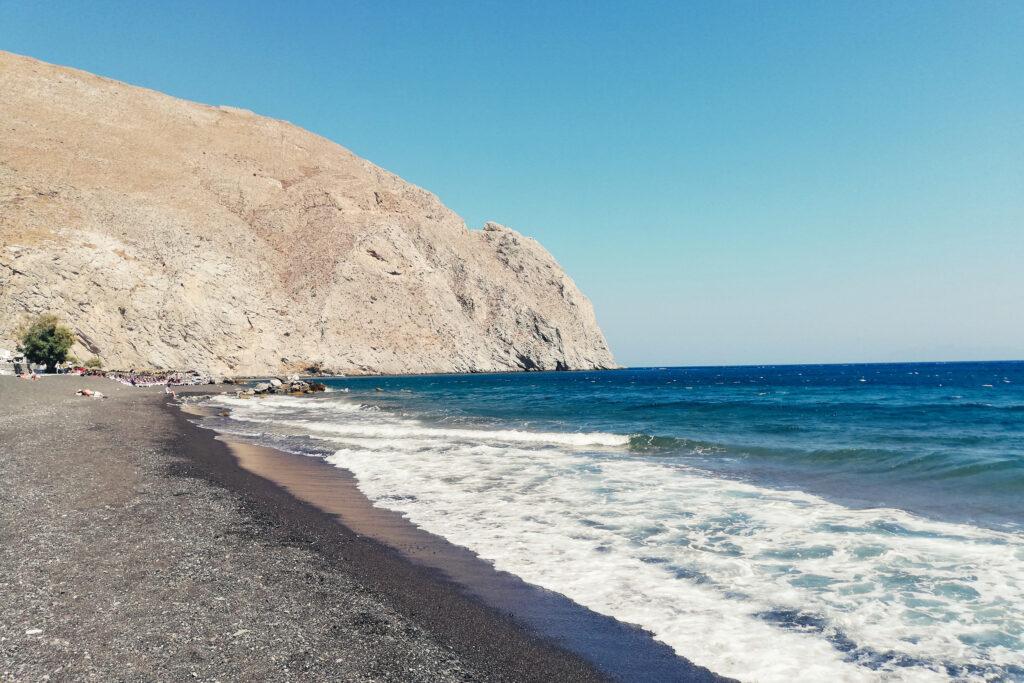 Strand von Perissa auf Insel Santorini